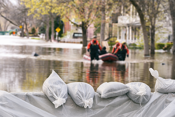 灾难调整人员乘船进入受淹地区。
